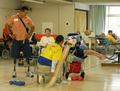 岡山の障害者施設「旭川荘」を慰問し一緒にスポーツを楽しむモリーナ氏